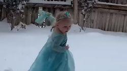 처음으로 눈을 본 2살 아기가 장갑까지 벗어 던지며 펼친 공연
