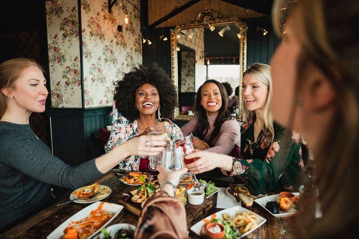 Οι γυναίκες γιορτάζουν τις γυναίκες στην «Galentine's Day».