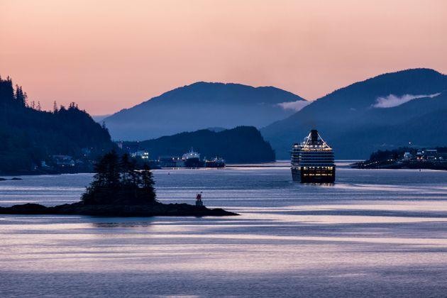 2015年10月、米国アラスカ州のケチカン港を航行するウエステルダム号