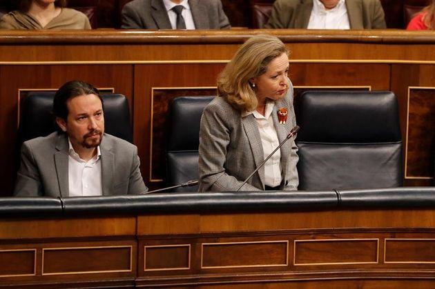 El vicepresidente segundo, Pablo Iglesias (i), escucha la intervención de la vicepresidenta y ministra...