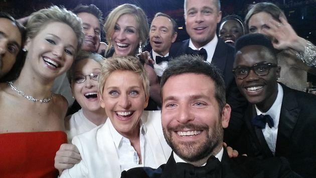 ΣαρλίζΘέρον: Η επική selfie στα Όσκαρπου ανταγωνίζεται εκείνης της Έλεν