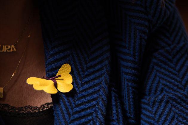 Mariposa amarilla en la solapa de