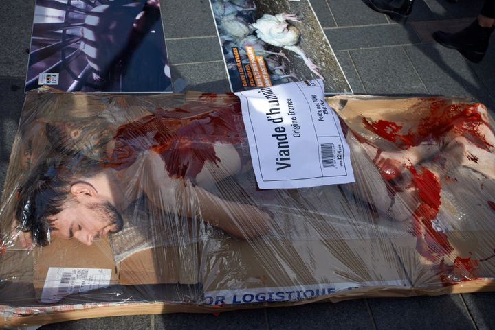 Des militants de l'association L214 organisent une manifestation contre la consommation de viande à Toulouse, en France, le 16 octobre 2019.