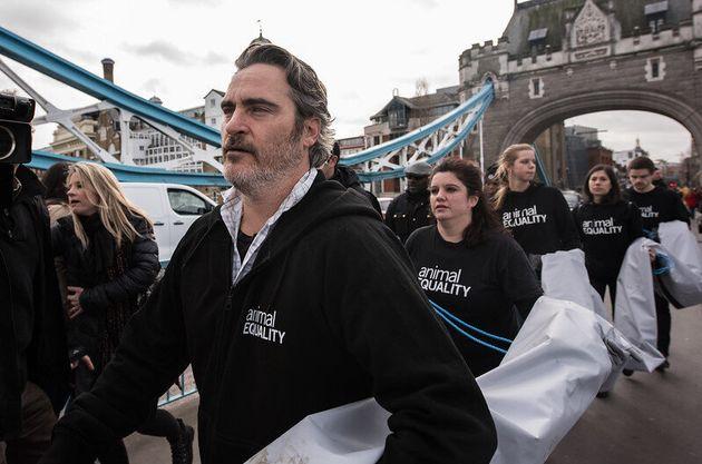 Joaquin Phoenix participa en una acción de Igualdad