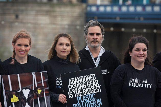 Joaquin Phoenix junto a integrantes de Igualdad