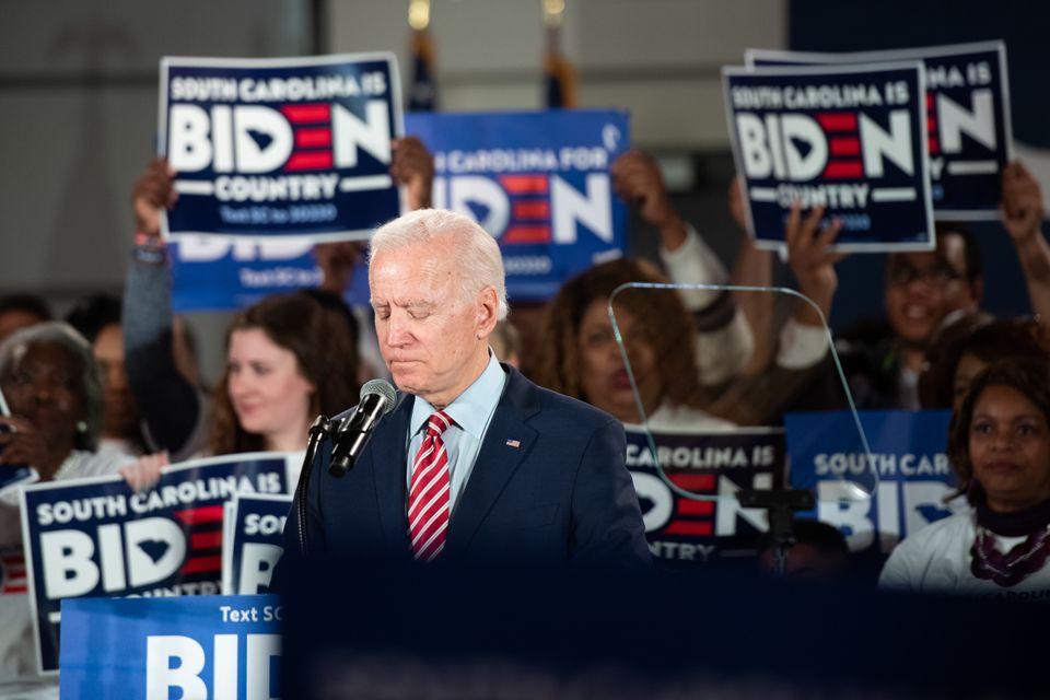 민주당 대선후보 경선주자인 조 바이든 전 부통령이 지지자들 앞에서 연설을 하고 있다.컬럼비아, 사우스캐롤라이나주. 2020년