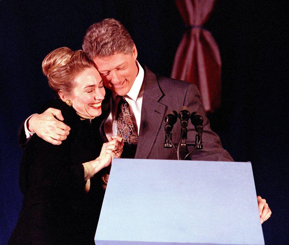 1992년 뉴햄프셔 프라이머리에서 폴 송가스에 이어 2위를 차지한 빌 클린턴이 축하 행사에서 아내 힐러리 클린턴과 포옹을 하고 있다. 매리맥, 뉴햄프셔주. 1992년