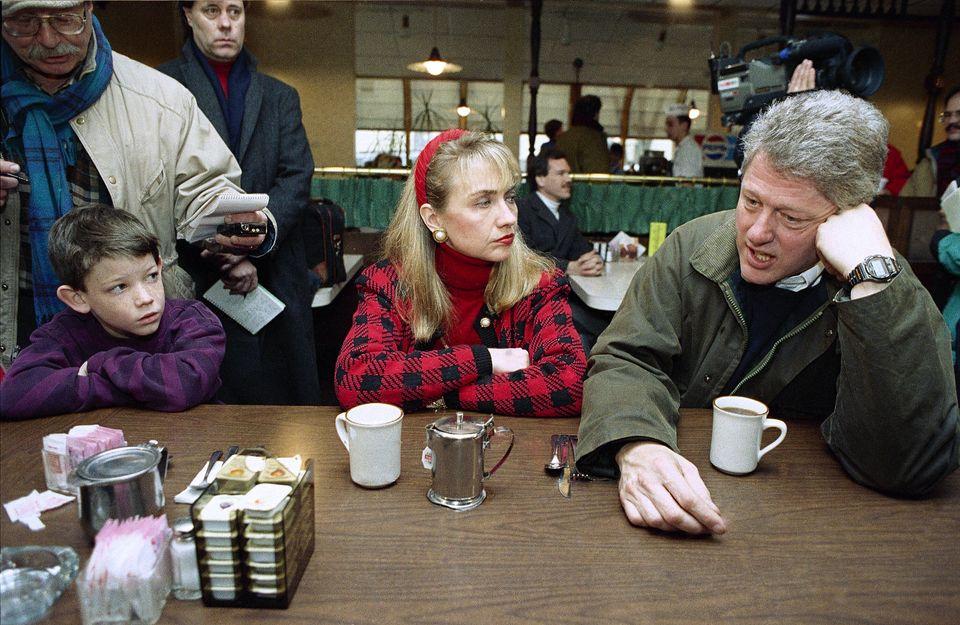 빌 클린턴이 '가가호호 방문' 선거운동을 앞두고 커피를 마시기 위해 아내 힐러리 클린턴과 함께 한 레스토랑을 찾아 유권자들과 대화를 나누고 있다. 맨체스터, 뉴햄프셔주. 1992년