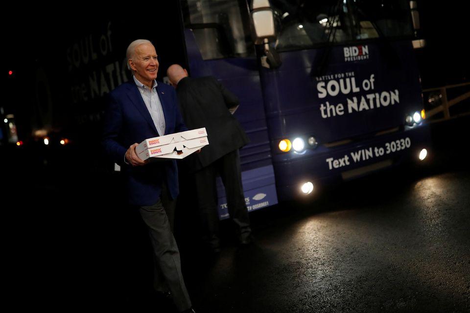 민주당 대선후보 경선주자 조 바이든 전 부통령이 도넛 박스를 들고 소방서를 방문하고 있다. 런던데리, 뉴햄프셔주. 2020년