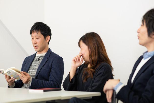 世界の子育て事情について語る、田中俊之さん(左)