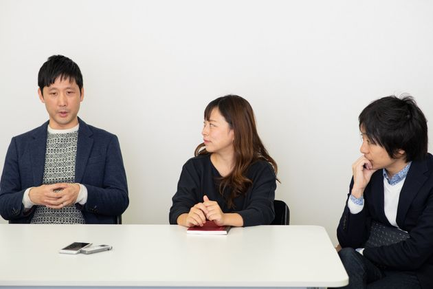 企業の役割を話し合う3人