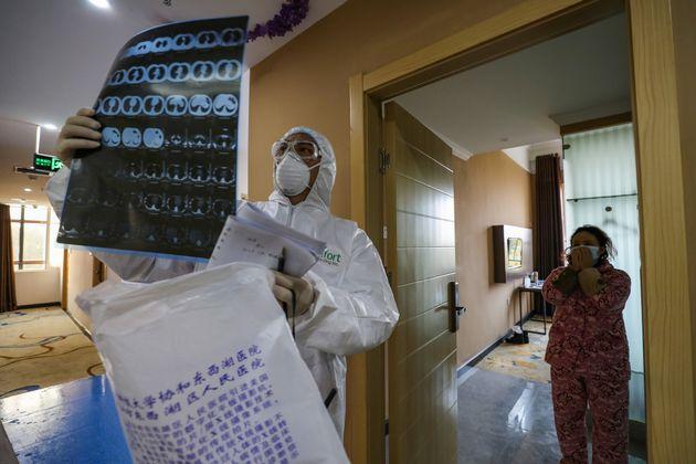 Un médecin opérant dans la zone de quarantaine à Wuhan, épicentre de l'épidémie de Covid-19, observe...