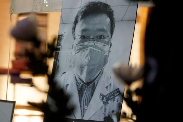 코로나19의 존재를 처음 세상에 알린 후 치료와 연구에 매진하다 사망한 중국 우한의 의사