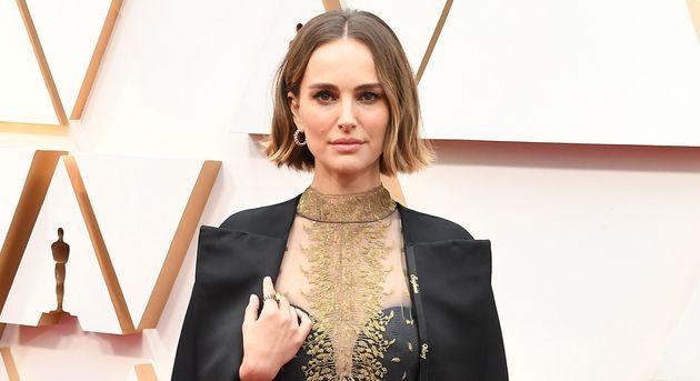 Aux Oscars, Natalie Portman est apparue avec une cape sur laquelle le nom de certaines réalisatrices,...