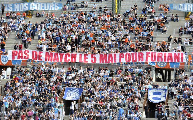 Des supporters déploient une banderole pour demander l'absence de match les 5 mai en hommage aux victimes...