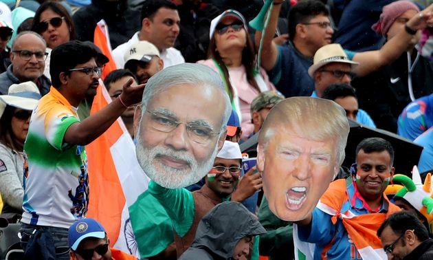 Τα πρόσωπα του Ινδού πρωθυπουργού Μόντι και του Ντόναλντ Τραμπ ως αξεσουάρ στις κερδίδες του γηπέδου κρίκετ στο Αχμανταμπάντ. Ιούλιος 2019. (AP Photo/Aijaz Rahi)