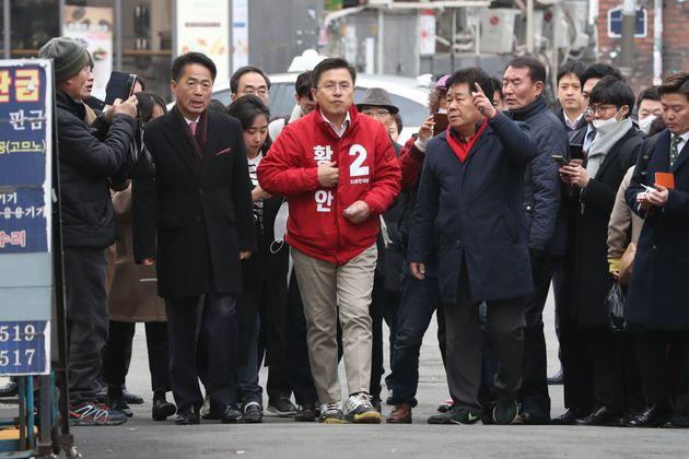 종로를 돌며 선거운동을 펼치는 황교안 자유한국당