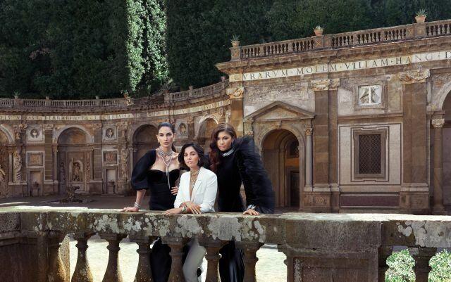 Η Λίλι Αλντριτζ (δεξιά), η Ναόμι Σκοτ (στην μέση) και η Zendaya (αριστερά) στα γυρίσματα της νέας καμπάνιας του οίκου Bvlgari στην Ρώμη.