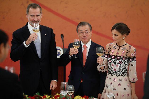 Los reyes Felipe y Letizia, con el presidente de Corea del Sur Moon Jae en una cena de honor durante...