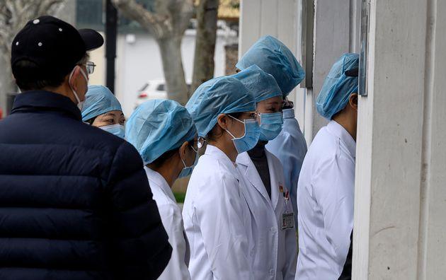 Κίνα: Νοσοκόμες ξυρίζουν τα κεφάλια τους για να προστατευτούν από τον