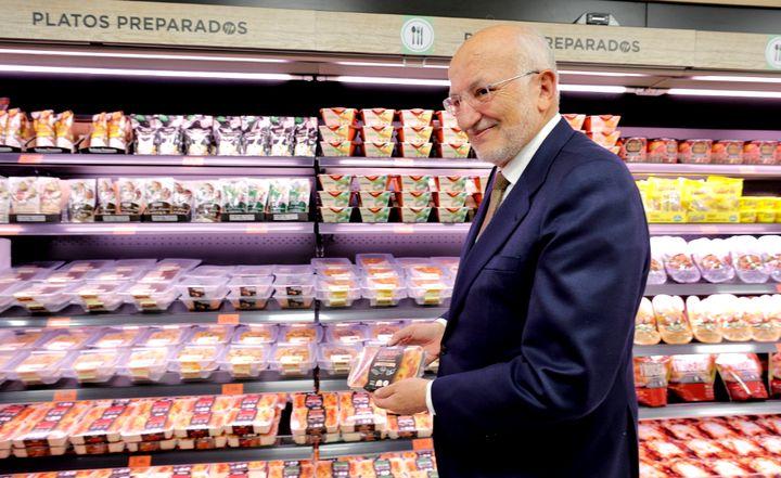 Juan Roig, presidente de Mercadona, en la sección 'Listo para comer' de una tienda de la cadena.