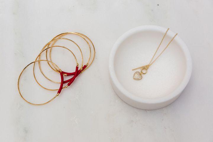 Eπίχρυσα βραχιόλια και κοσμήματα για το λαιμό με καρδιά (από 60 - 90 ευρώ