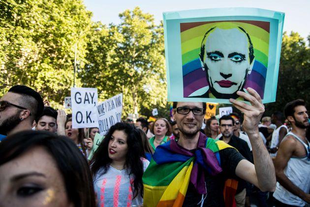 Um homem segura um cartaz mostrando o presidente da Rússia, Vladimir Putin, durante a demonstração...