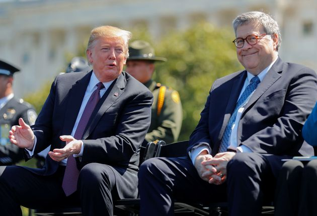 윌리엄 바 법무장관이 한 기념식 행사에서 도널드 트럼프 대통령과 대화를 나누고 있다. 2019년