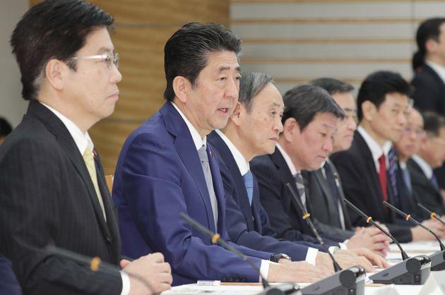 新型コロナウイルス感染症対策本部で発言する安倍晋三首相(左から2人目)。左端は加藤勝信厚生労働相=2月13日、首相官邸