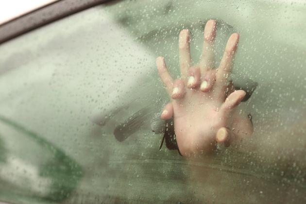 Una pareja manteniendo sexo en el interior de un coche con las ventanas cubiertas de