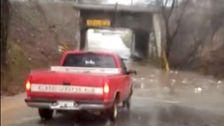 Εδώ Ακριβώς είναι ο Λόγος που Δεν Πρέπει Ποτέ να Προσπαθήσουμε Να Οδηγείτε Μέσα από Ένα Πλημμυρισμένο Δρόμο