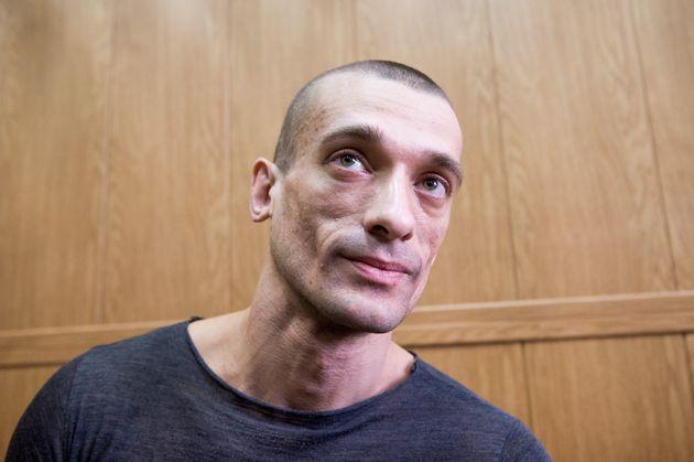 L'artiste russe Piotr Pavlenski, ici assistant à une audience dans un tribunal de Moscou le 18...