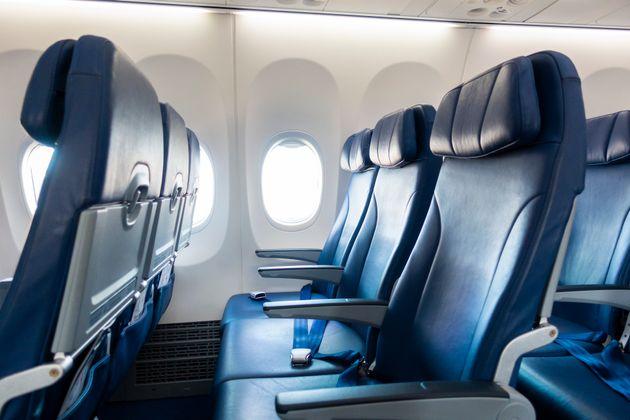 Κατήγγειλε την American Airlines γιατί δεν τιμώρησε επιβάτη που έσπρωχνε το κάθισμά
