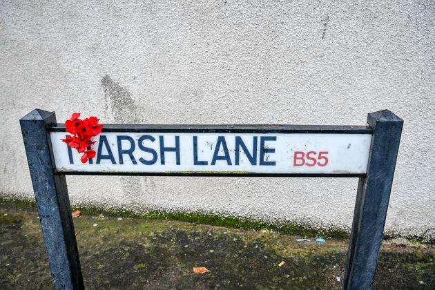 Τα λουλούδια που είχαν τοποθετηθεί στην πινακίδα έχουν ήδη κλαπεί, όπως δήλωσαν οι γείτονες.