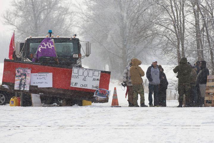 Pour un 9e jour de suite, des membres de la nation Tyendinaga bloquent la voie ferrée près de Belleville en Ontario.