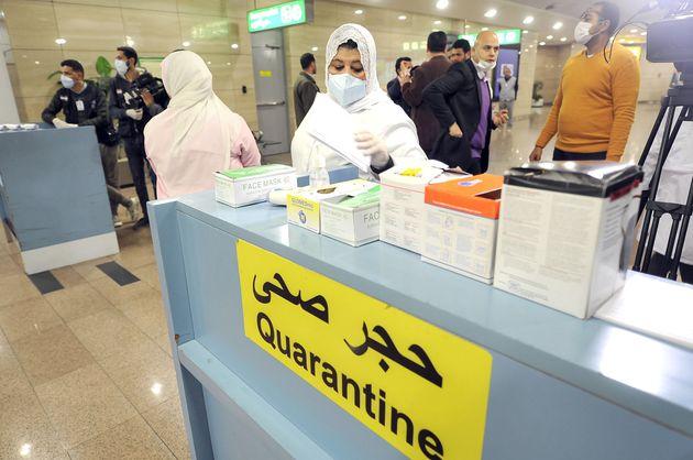 Des contrôles à l'aéroport du Caire en février 2020, en vue de détecter...