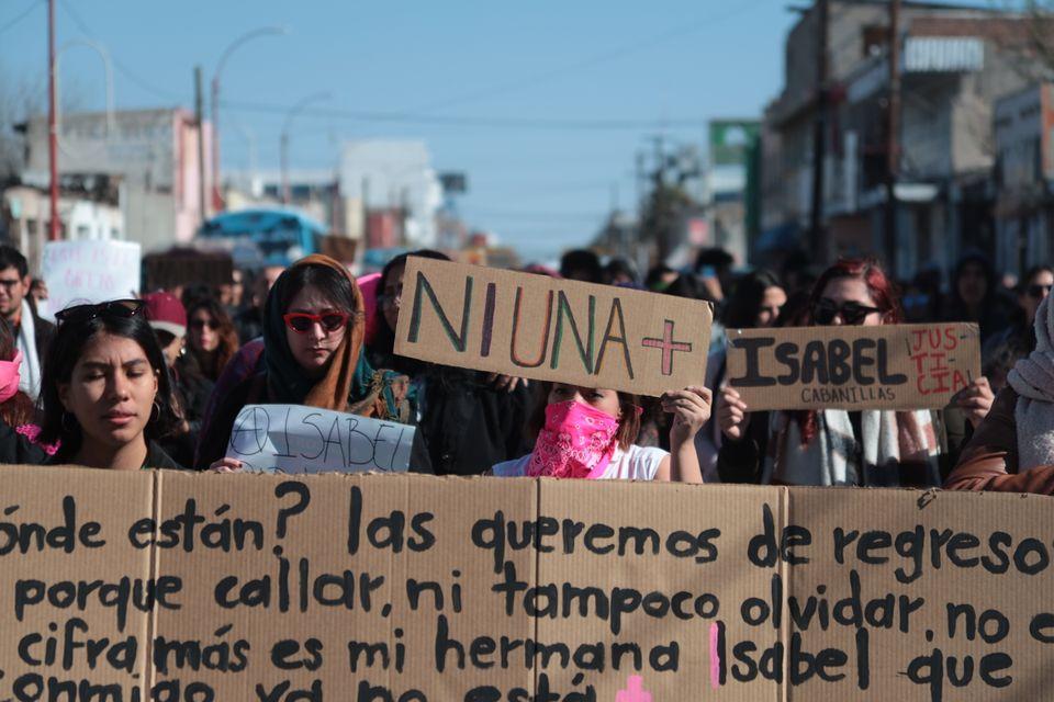 Grupos feministas organizam homenagem à artista Isabel Cabanillas, morta a tiros enquanto viaja...
