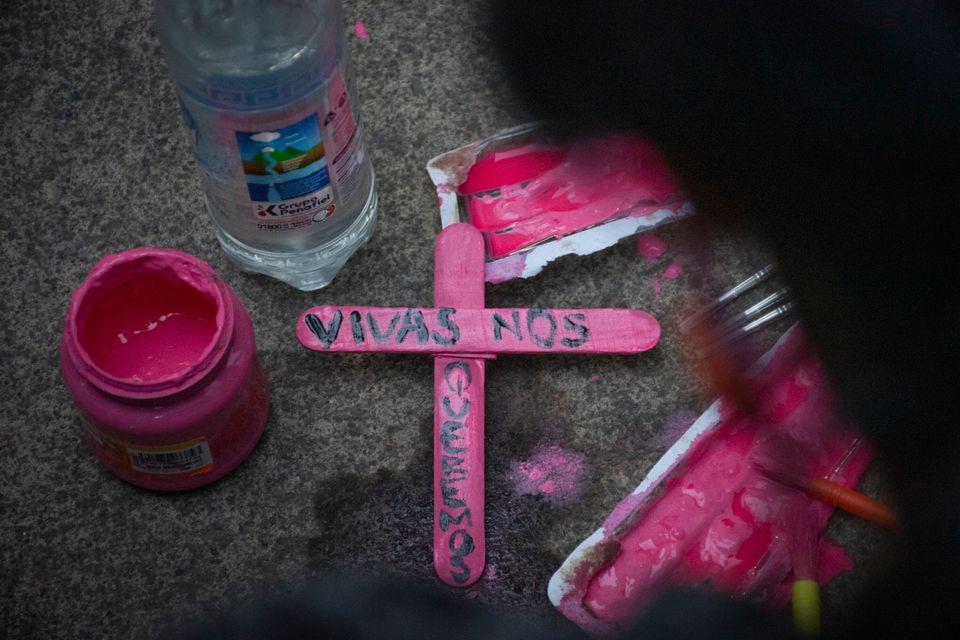 Detalhe de uma cruz de madeira durante um protesto em reação ao feminicídio da ativista...