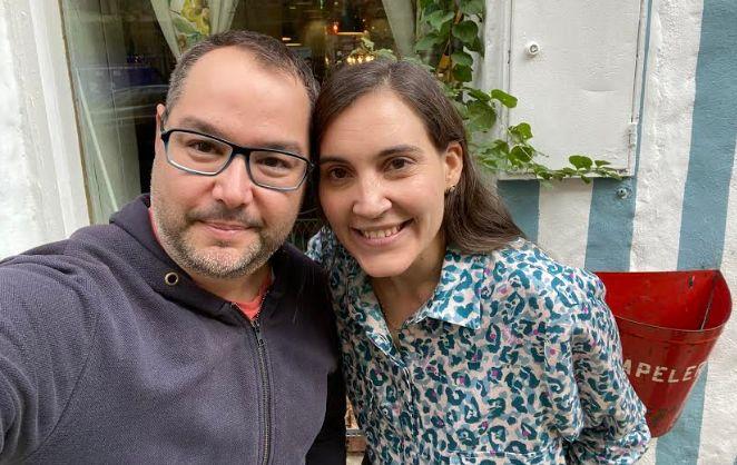 El autor, con Boticaria García.