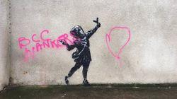 Imbrattato il murale di San Valentino di Banksy: nella scritta, un'accusa allo street