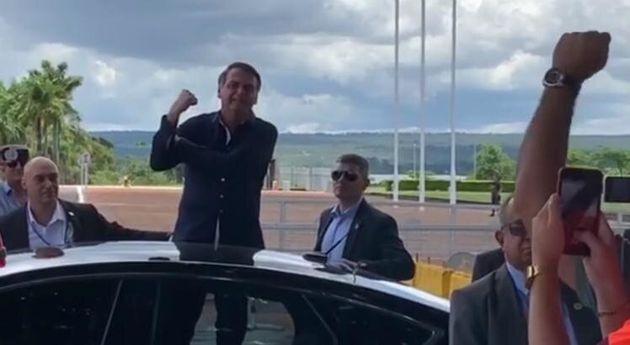O presidente Jair Bolsonaro voltou a fazer gesto ofensivo para jornalista na manhã deste sábado