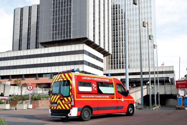 유럽 내 첫 코로나19 사망자(80세 중국인 남성)가 치료를 받아왔던 프랑스 파리 비샤 병원으로 구급차가 진입하고 있다. 2020년
