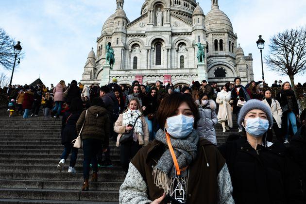 (자료사진) 프랑스 파리의 유명 관광지 중 하나인 사크레 쾨르 대성당 앞에서 마스크를 쓴 관광객들이 계단을 내려오고 있다. 파리, 프랑스. 2020년
