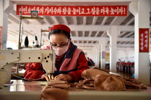 평양에 위치한 방직공장에서 한 노동자가 마스크를 생산하는 모습. 평양, 북한. 2020년