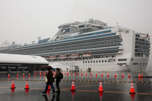 Los visitantes pasan junto al crucero en cuarentena Diamond Princess en Yokohama, cerca de Tokio. Americanos que ...