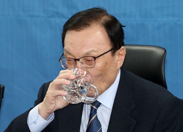 이해찬 더불어민주당 대표가 14일 오전 서울 여의도 국회 의원회관에서 열린 확대간부회의에서 목을 축이고