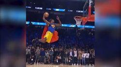 Dwight Howard vola come Superman per Kobe