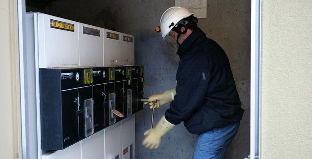 Un employé d'EDF rétablit le courant dans un transformateur, photo