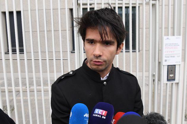 Juan Branco, ici devant le siège de la police judiciaire à Paris, le 16 février