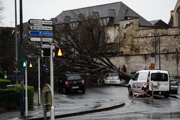 Une photo prise le 16 février 2020 montrant des voitures endommagées après la chute...